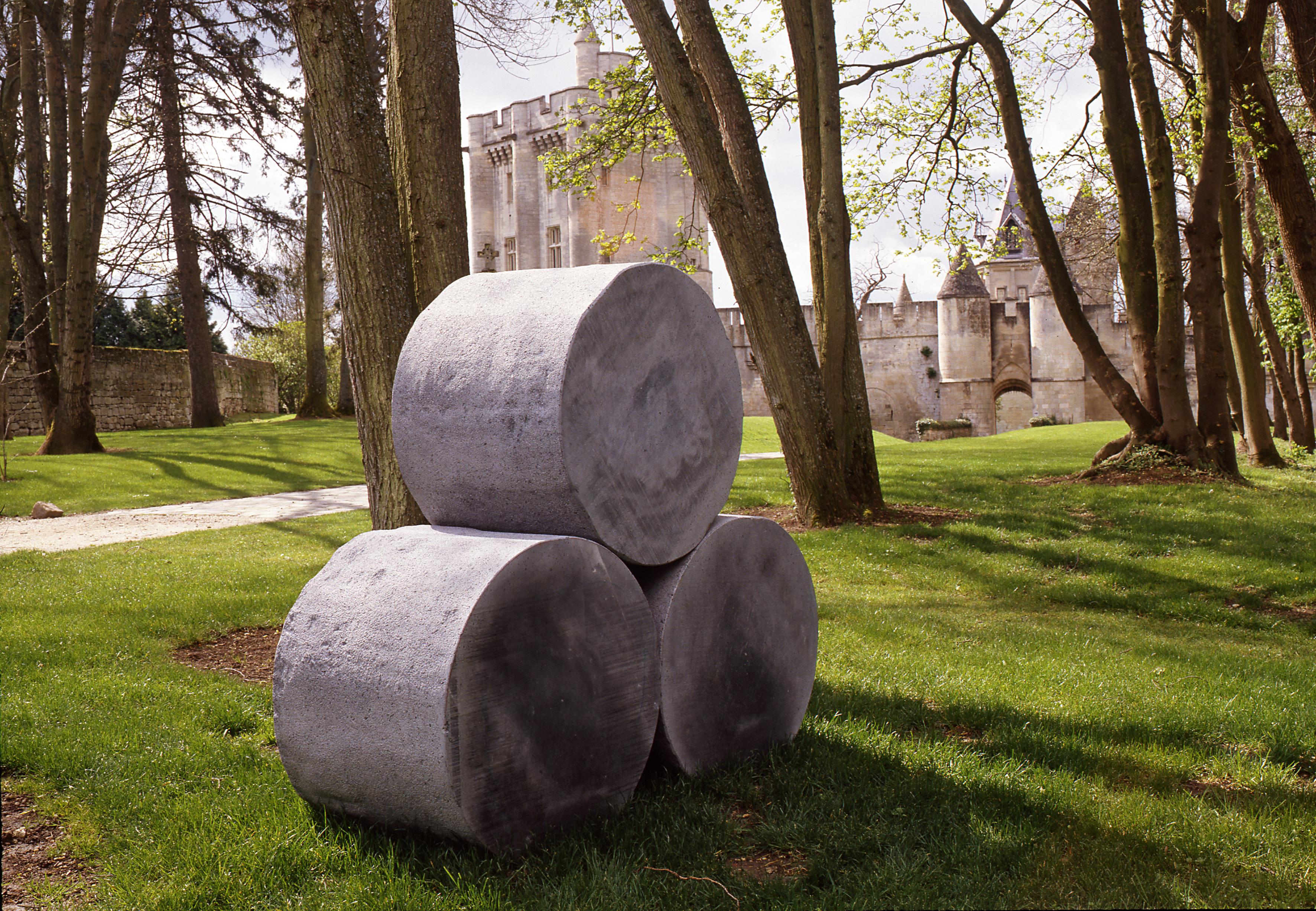 3 éléments de pierre de lave, 160x60x160 cm. Donjon de Vez, Oise.